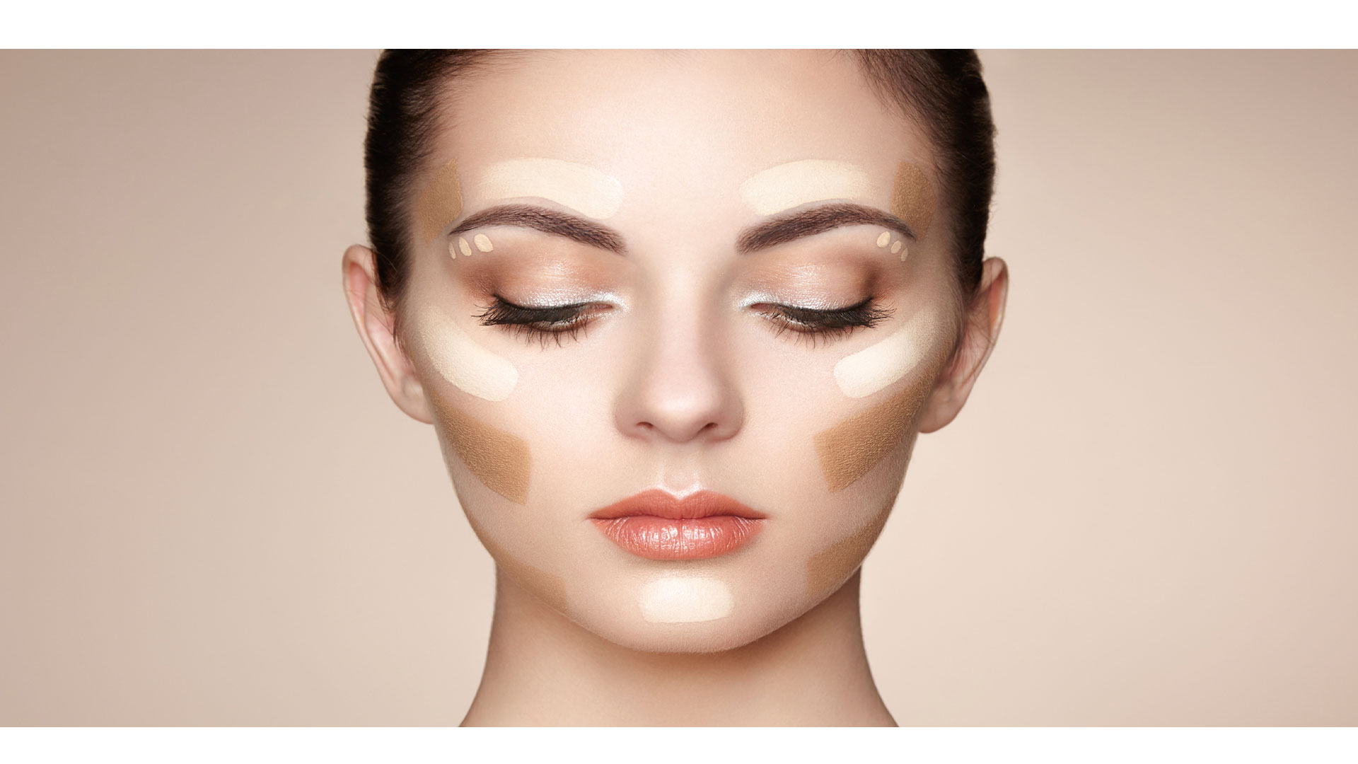 Puedes aplicar la base de tu maquillaje con los dedos, brochas o esponjas