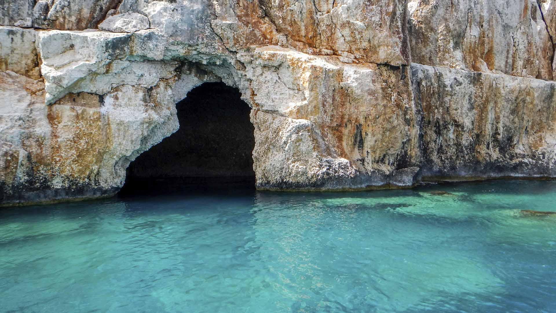 Bajo las paredes rocosas se encuentran espectaculares playas
