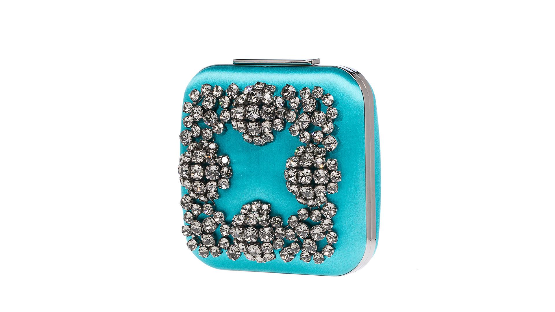El diseñador creó una línea de bolsos adornados con Swarovski, pues la mano femenina está hecha para sostener gemas