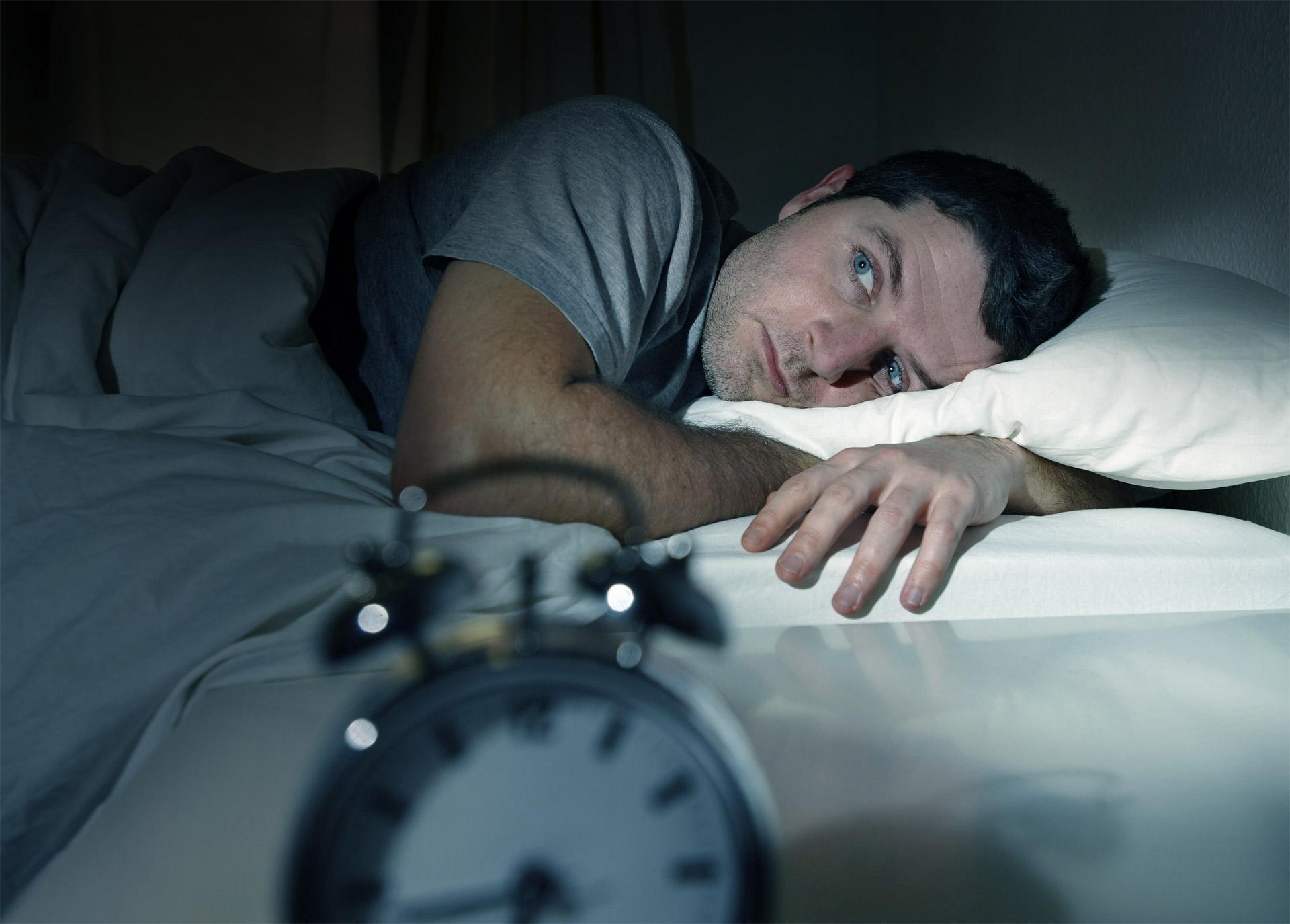 Antes de recurrir a pastillas, es mejor hacer frente a los hábitos diarios que dificultan conciliar el sueño de manera natural