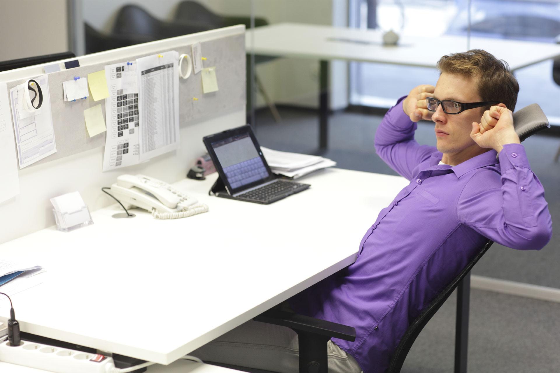 Ya no hay excusas para no hacer ejercicio: hasta sentado en tu escritorio puedes darle movimiento a tu cuerpo