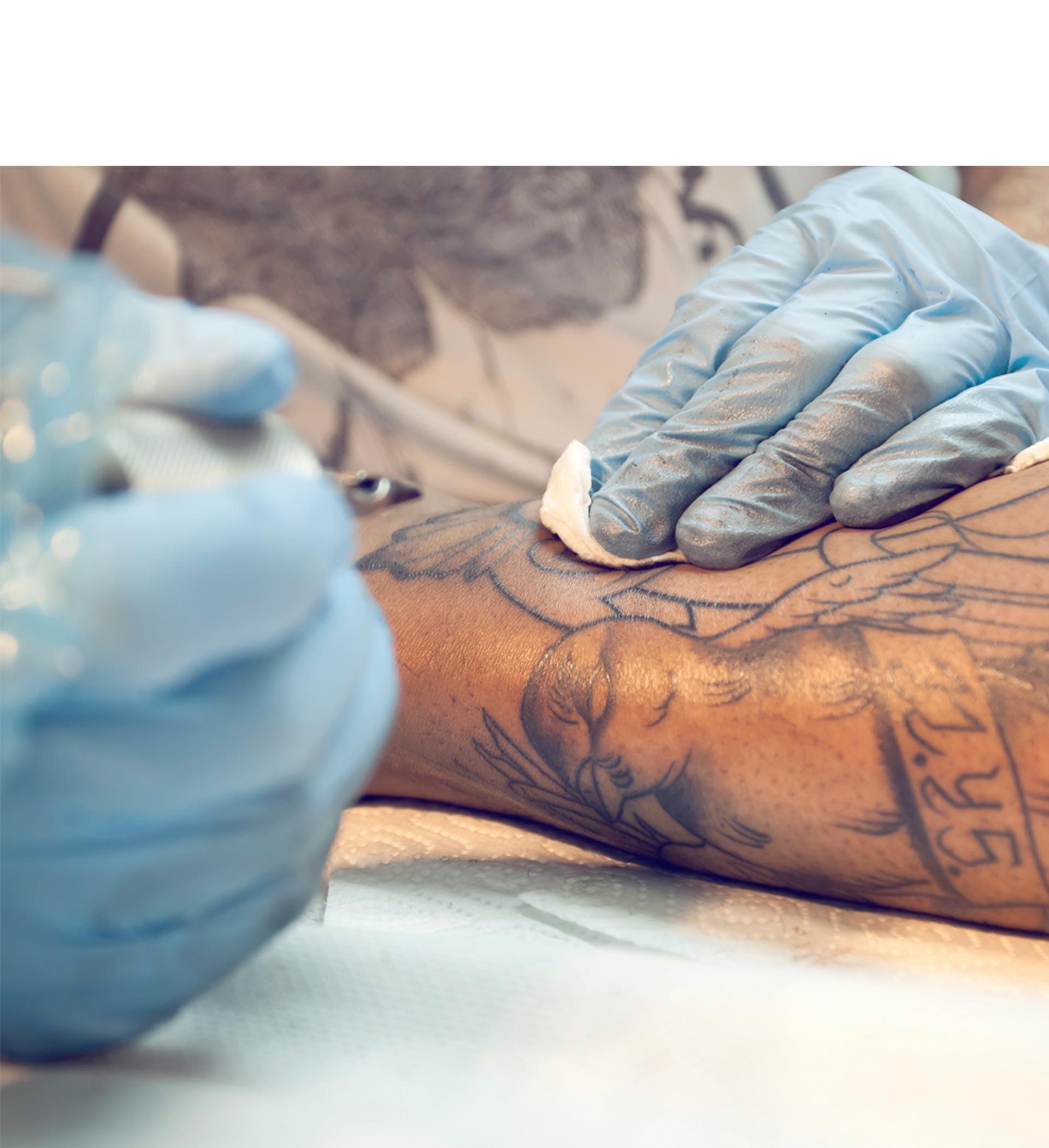 Pese a la crisis, José Miguel Gianelli abrió un estudio de tatuajes para satisfacer la creciente demanda del servicio en Venezuela