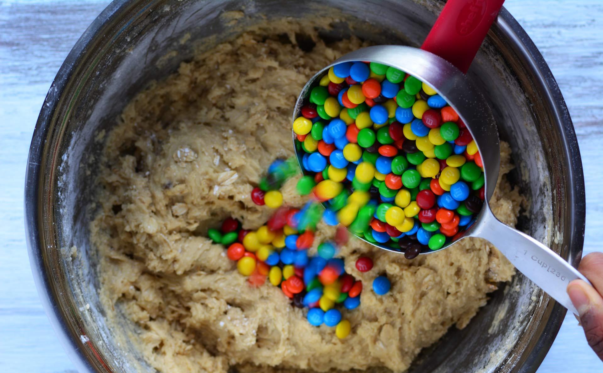 Se acerca la hora del dulce ¿Qué tal si te comes una deliciosas bolitas de chocolate rellenas de M&M's, que son muy fáciles de preparar?
