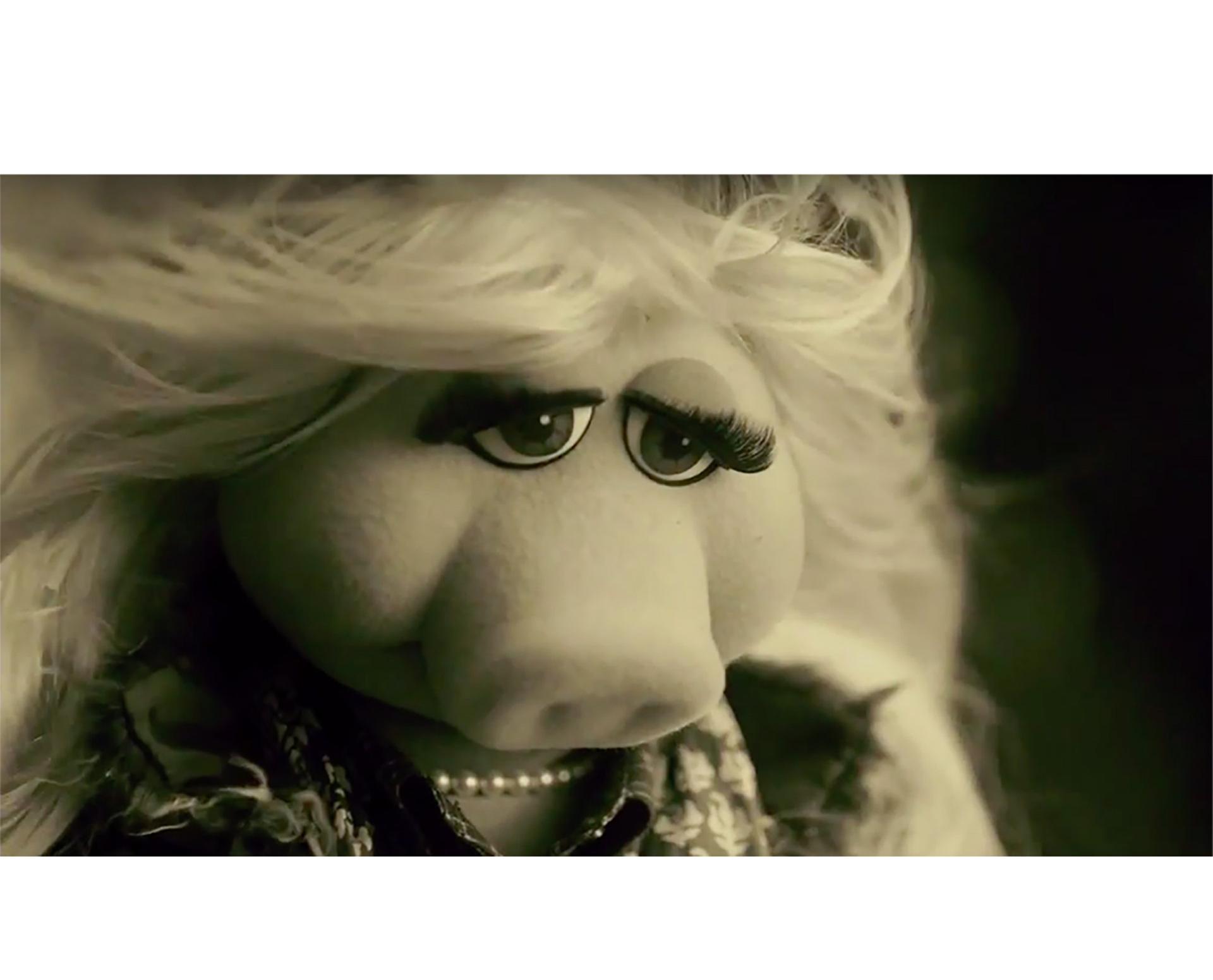 Miss Piggy se atrevió y asumió el papel de la popular cantante británica. Además de la infaltable colaboración de la rana René