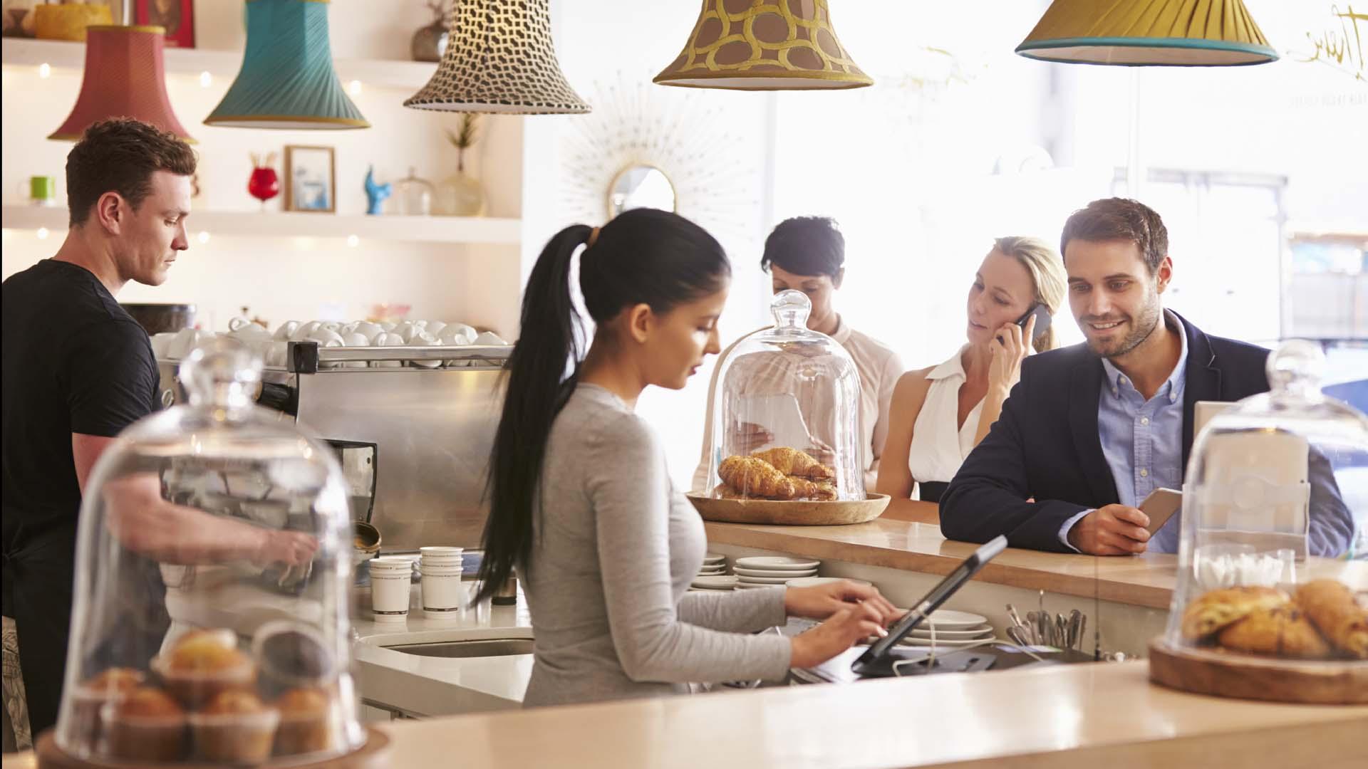 Un interiorista chileno creo un espacio donde convergen un bar, un restaurante y una tienda de productos para un auténtico reconocimiento a la cocina tradicional y familiar