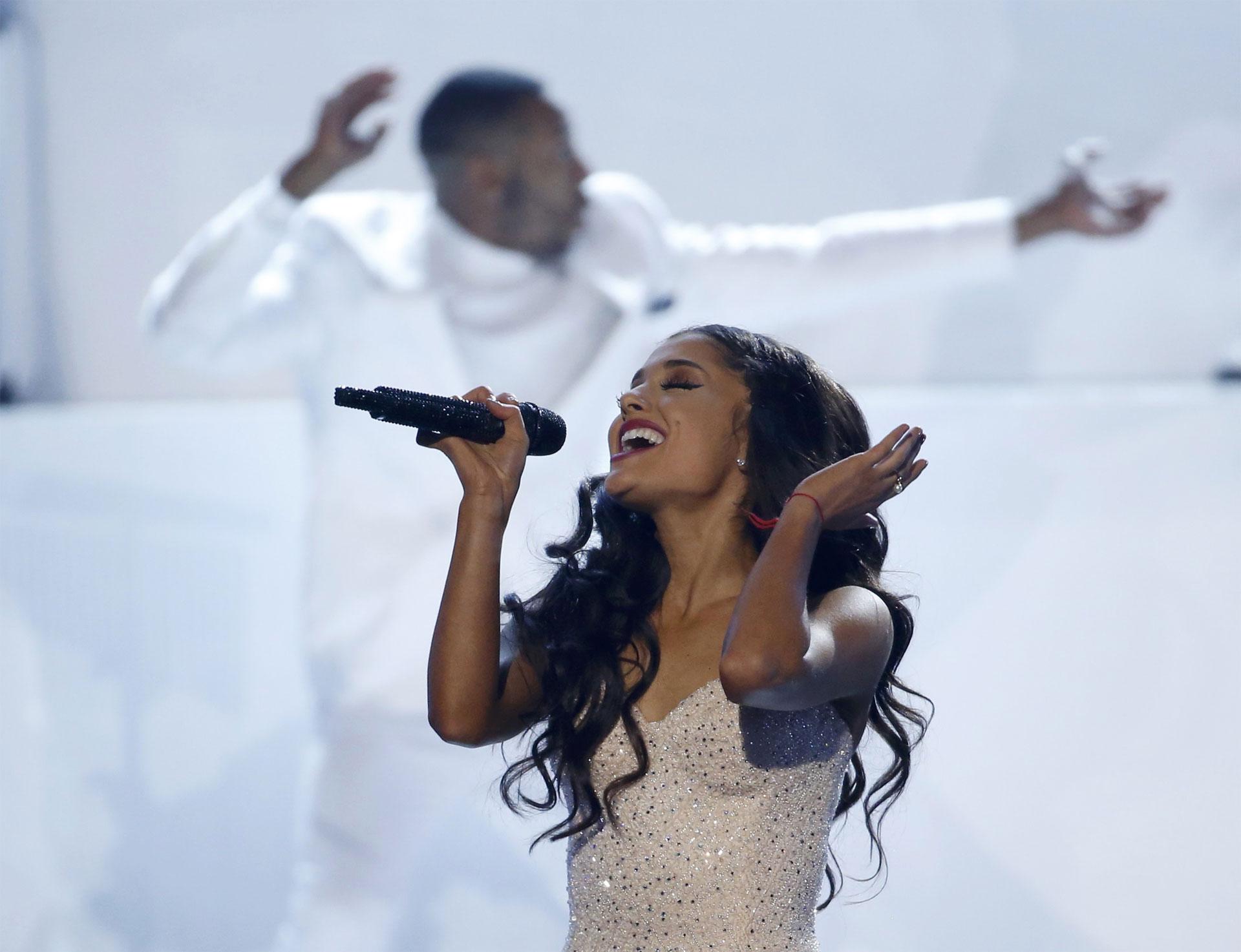 La cantante lanzó un estreno de pocos segundos de las canciones del nuevo álbum navideño que se estrenará la próxima semana