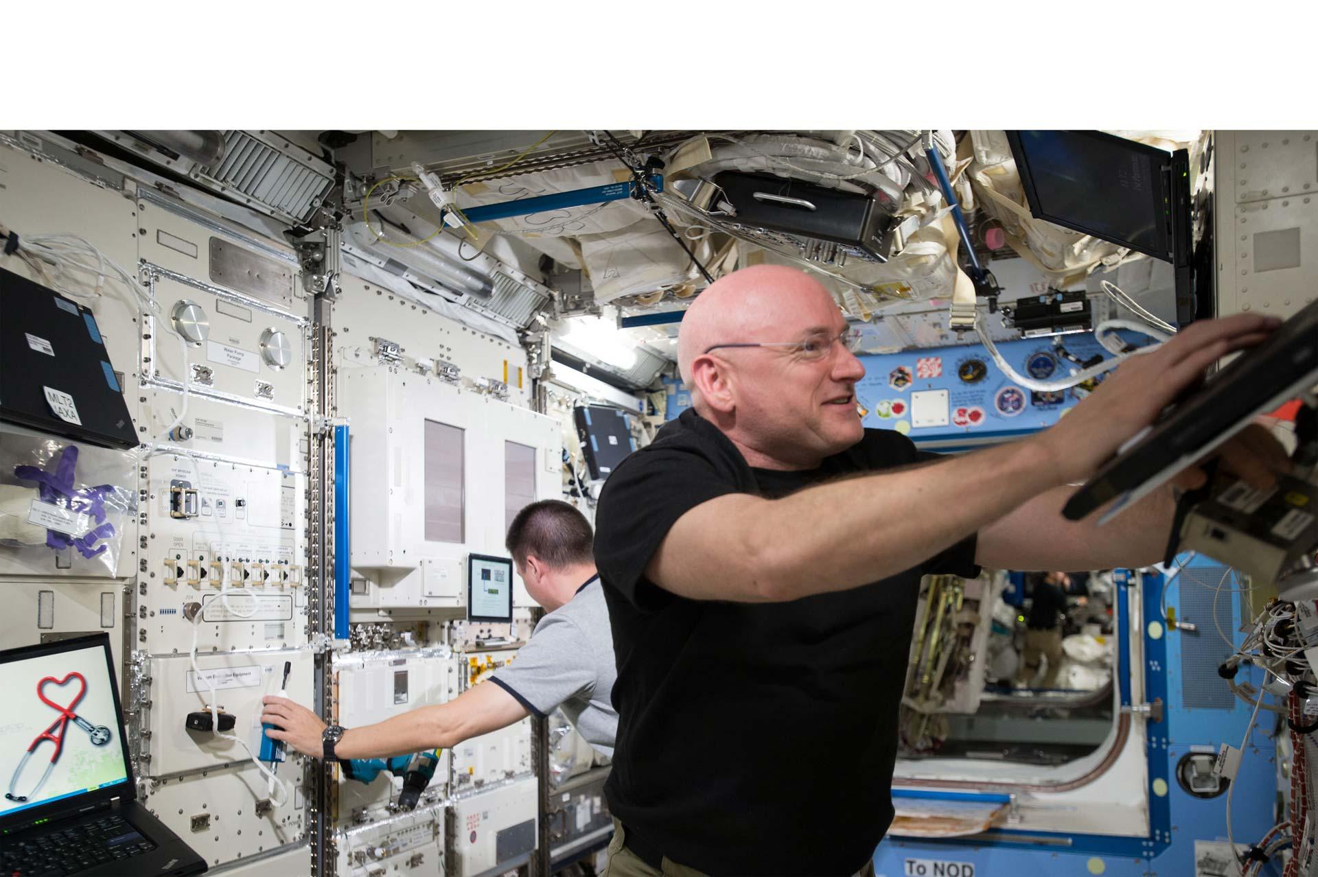 Scott Kelly celebró su año en la Estación Espacial Internacional haciéndole una broma a sus compañeros