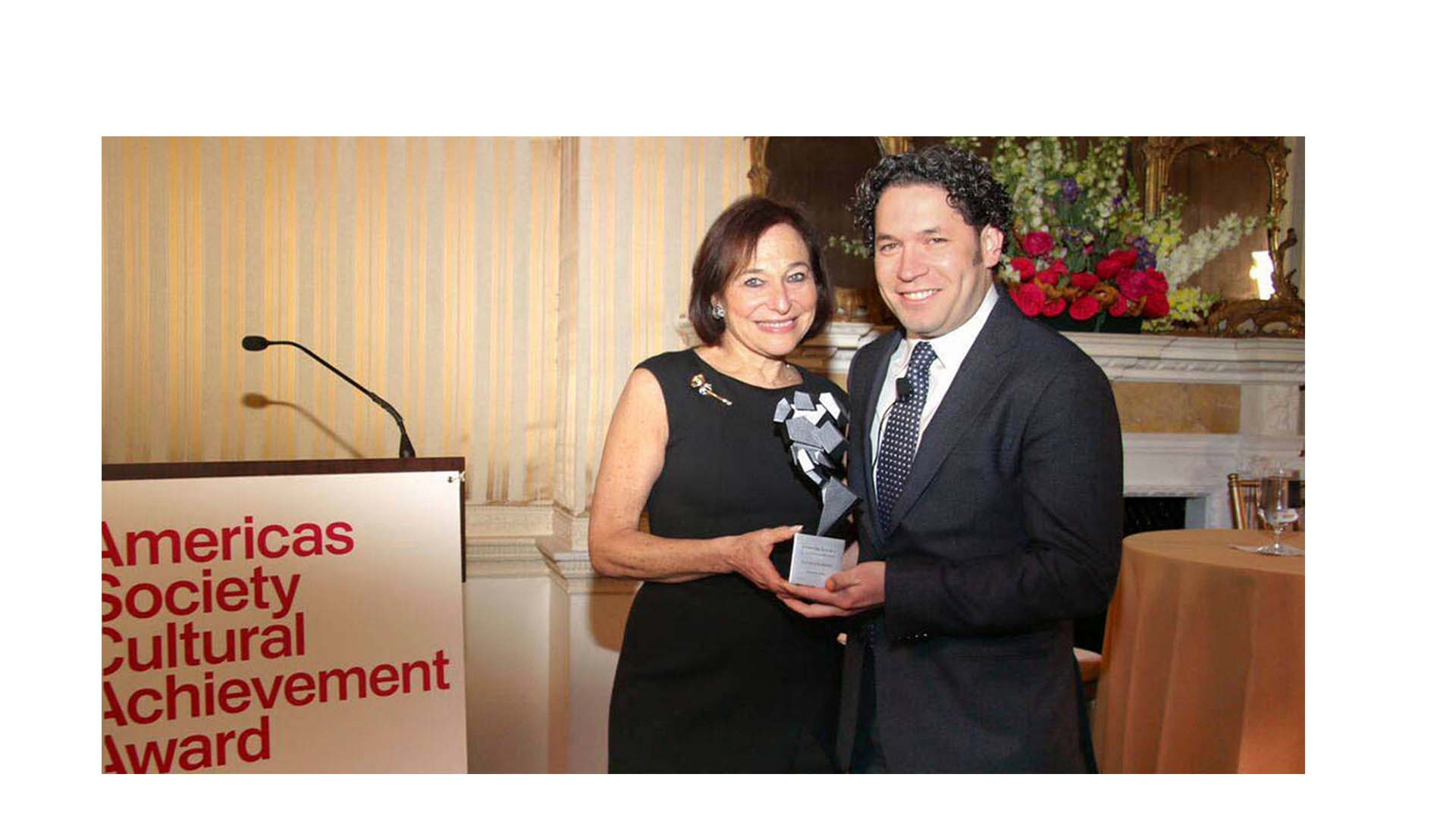 La Americas Society premió al director de orquesta criollo por sus realizaciones artísticas y humanitarias