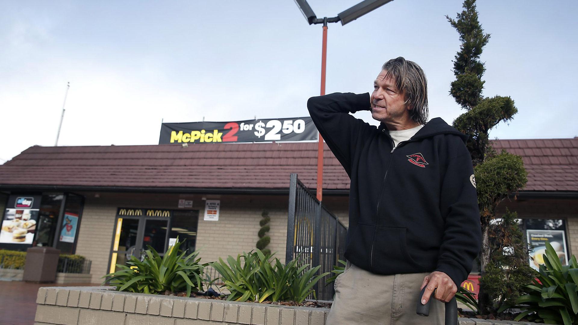 El jefe de la policía Greg Suhr alabó su atención, valor y rápida reacción. El hombre utilizará el dinero para empezar de nuevo y volver a estar con sus hijos