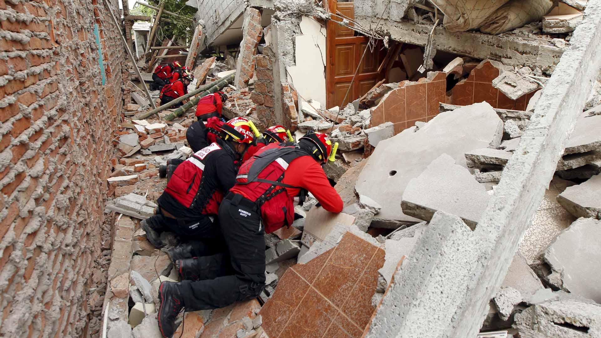 Luego de 30 horas sepultadas bajo los escombros cuatro personas lograron ser rescatadas en la provincia de Tarqui