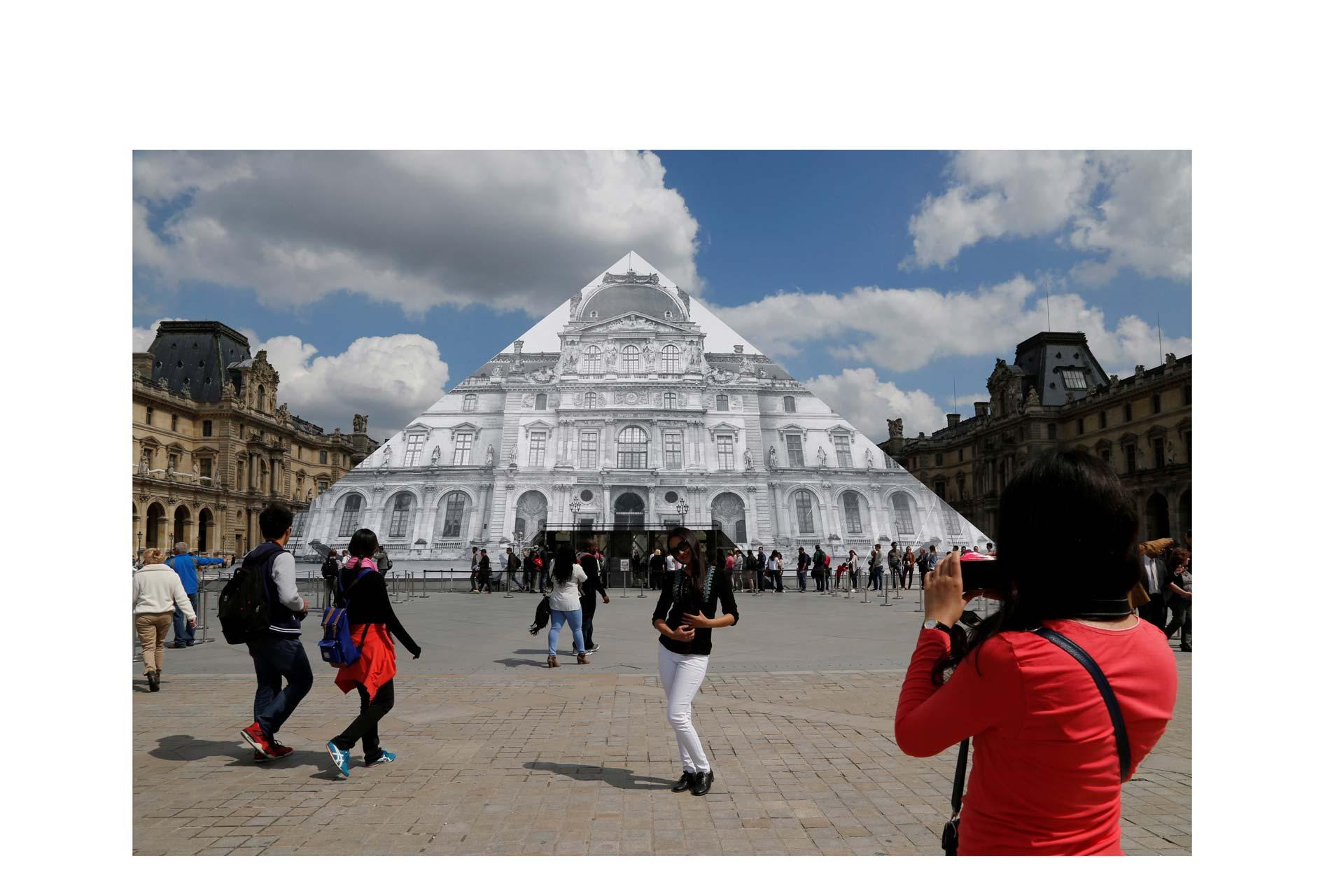 JR logró una trampa óptica frente a la estructura de cristal ubicada frente al Museo del Louvre de París