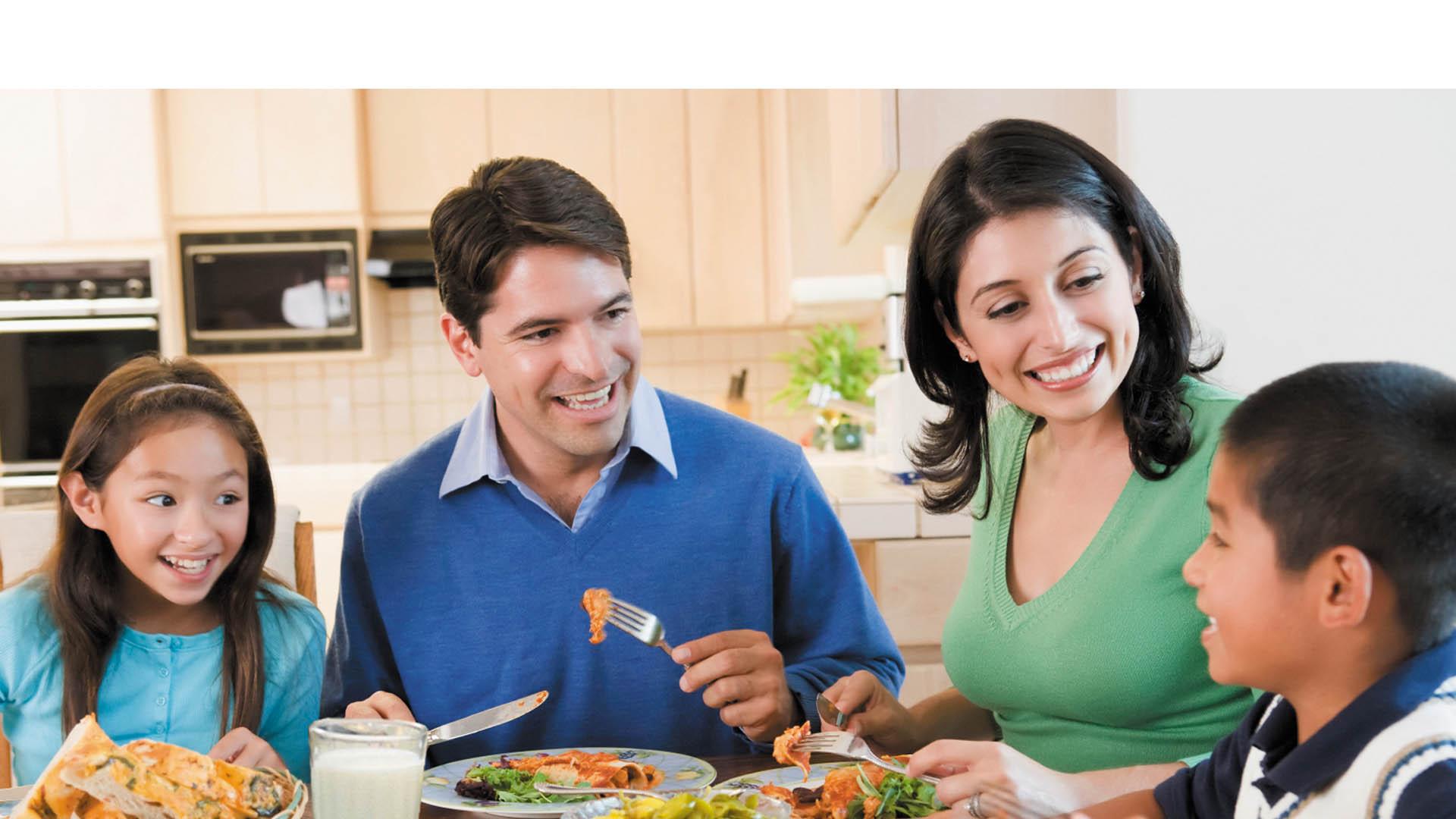 Especialistas de la Universidad de Illinois aseguran que cuando se come en familia los niños desarrollan una mejor relación con sus padres