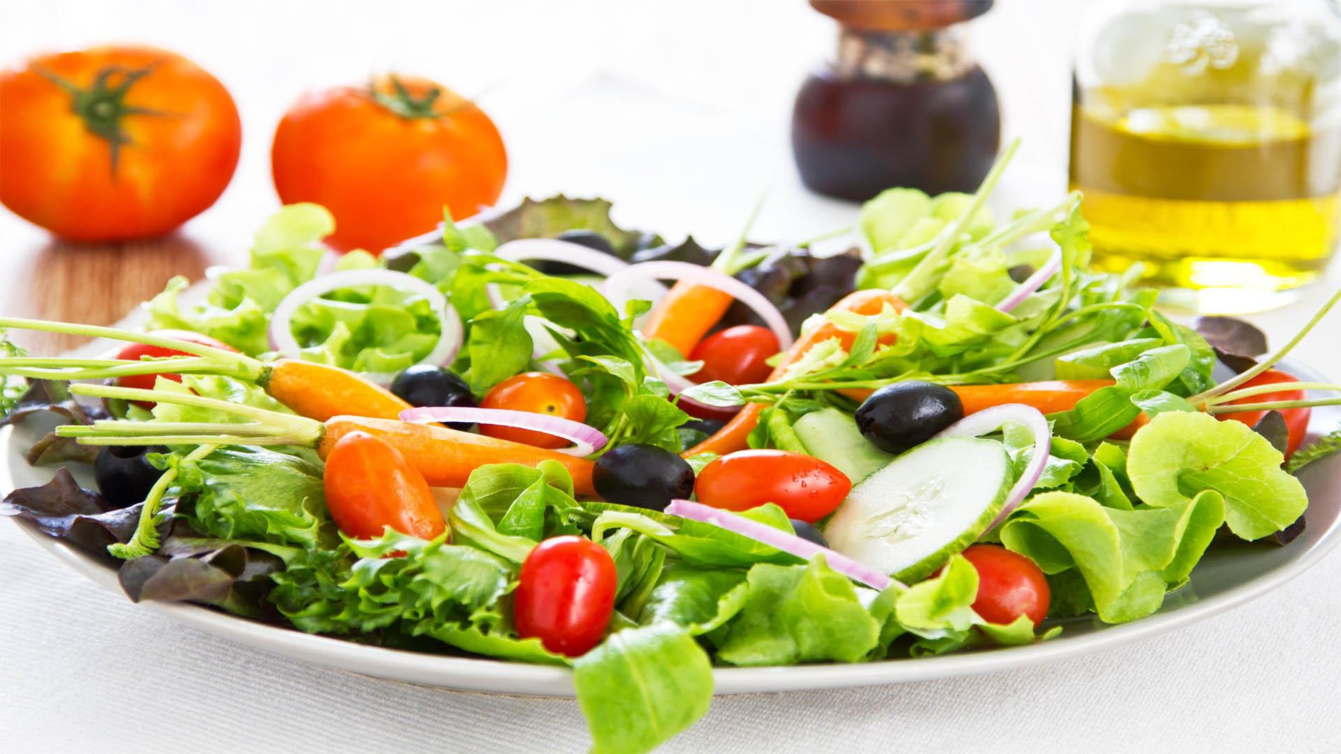 Incluir una buena porción de ensalada a la hora de comer va a aportar una gran cantidad de vitaminas y nutrientes