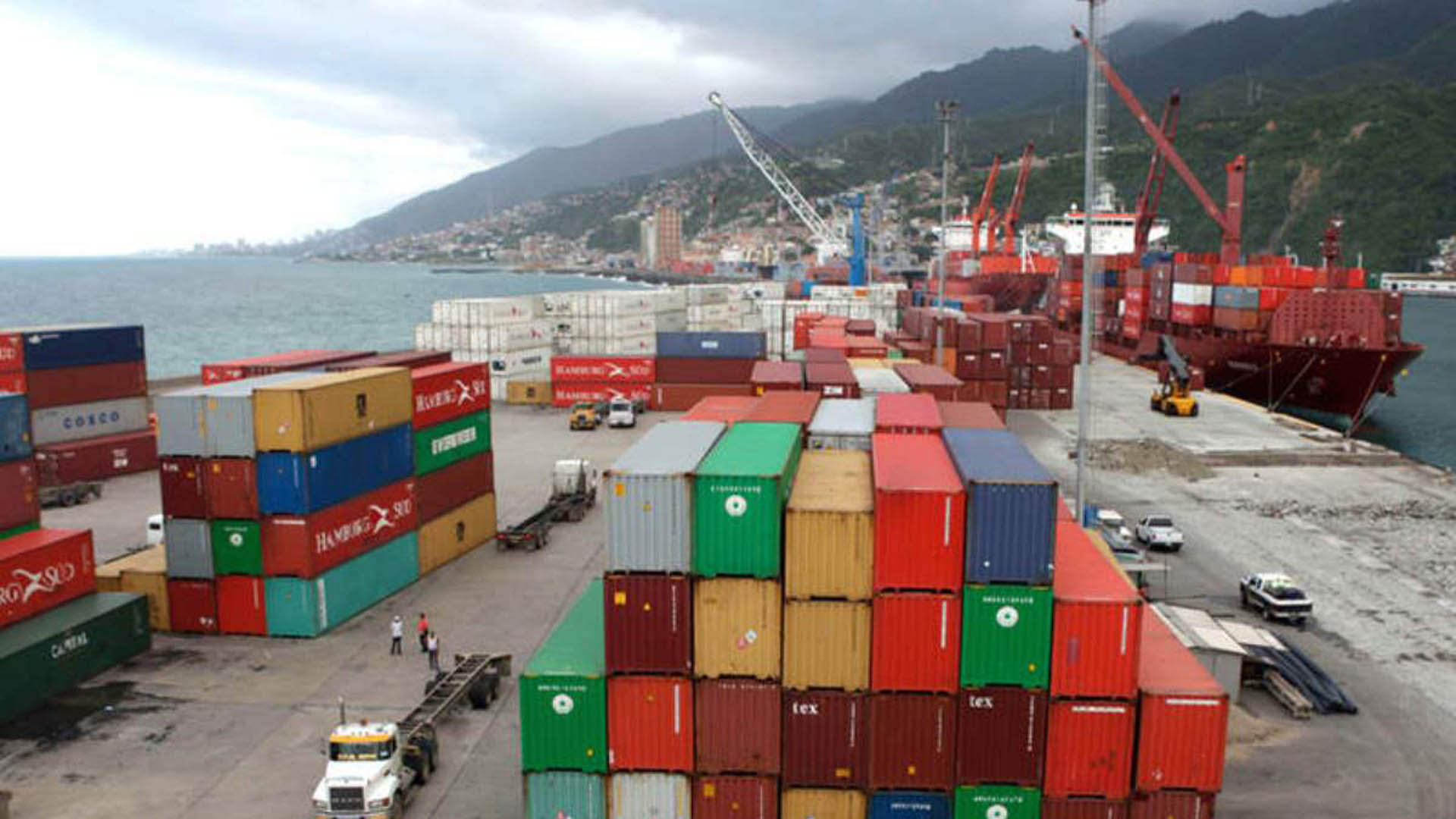 Puerto de La Guaira cargado de buques con alimentos y medicinas
