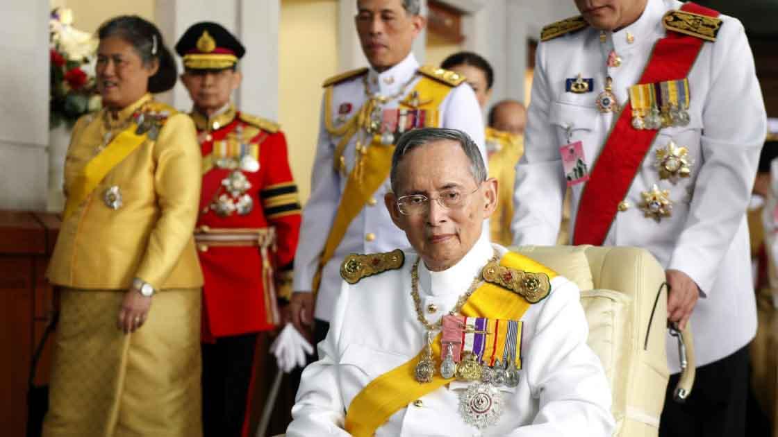 Tailandeses se tatúan en honor a su rey