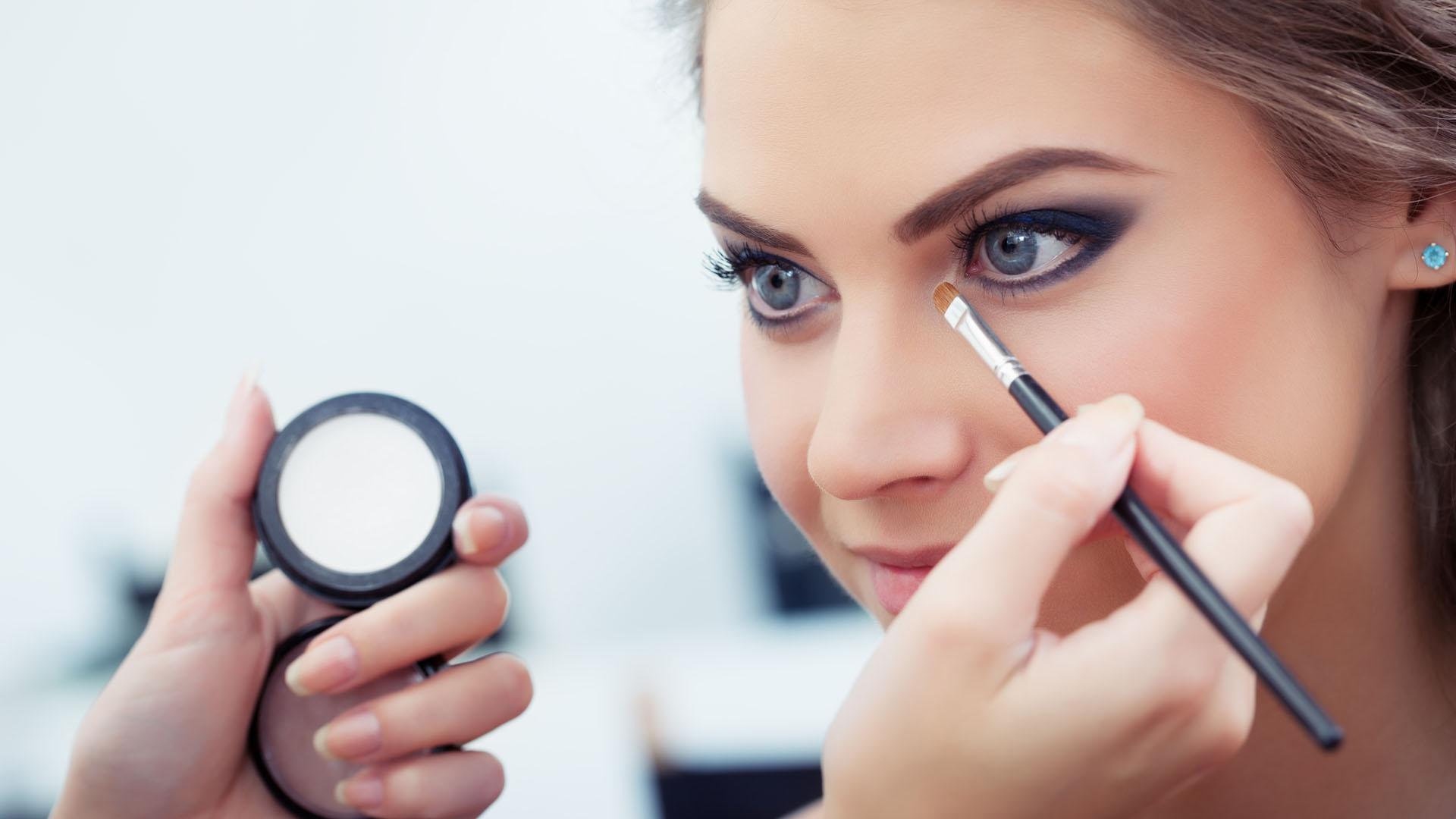 Si vas a maquillarte hazlo bien y más si harás de esta técnica un hábito recurrente porque tu rostro es el que está en riesgo si algo sale mal