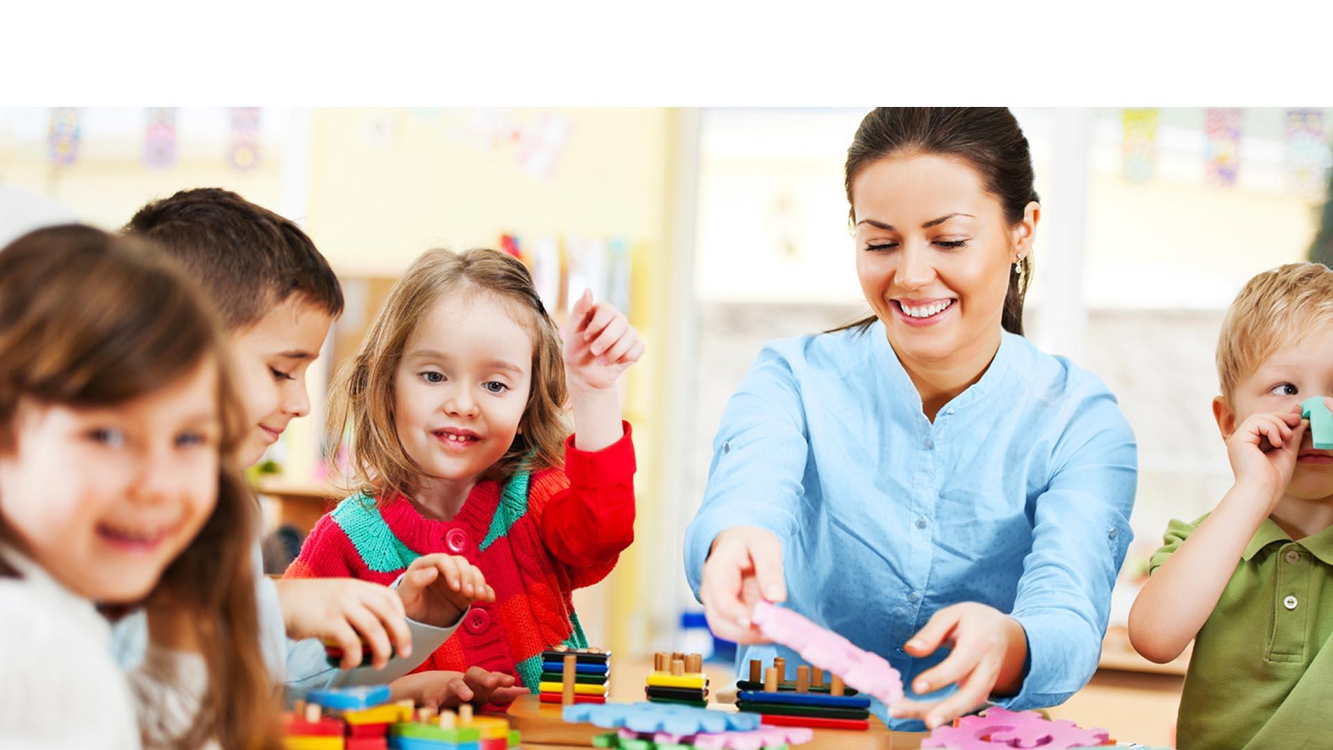 Los padres deben ayudarlos a desarrollar esta habilidad a través de palabras sencillas, cantos y juegos