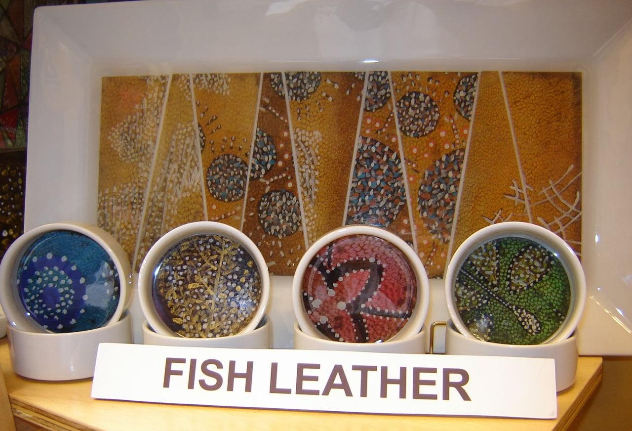Productos como carteras, sandalias, cinturones y forros para teléfonos celulares