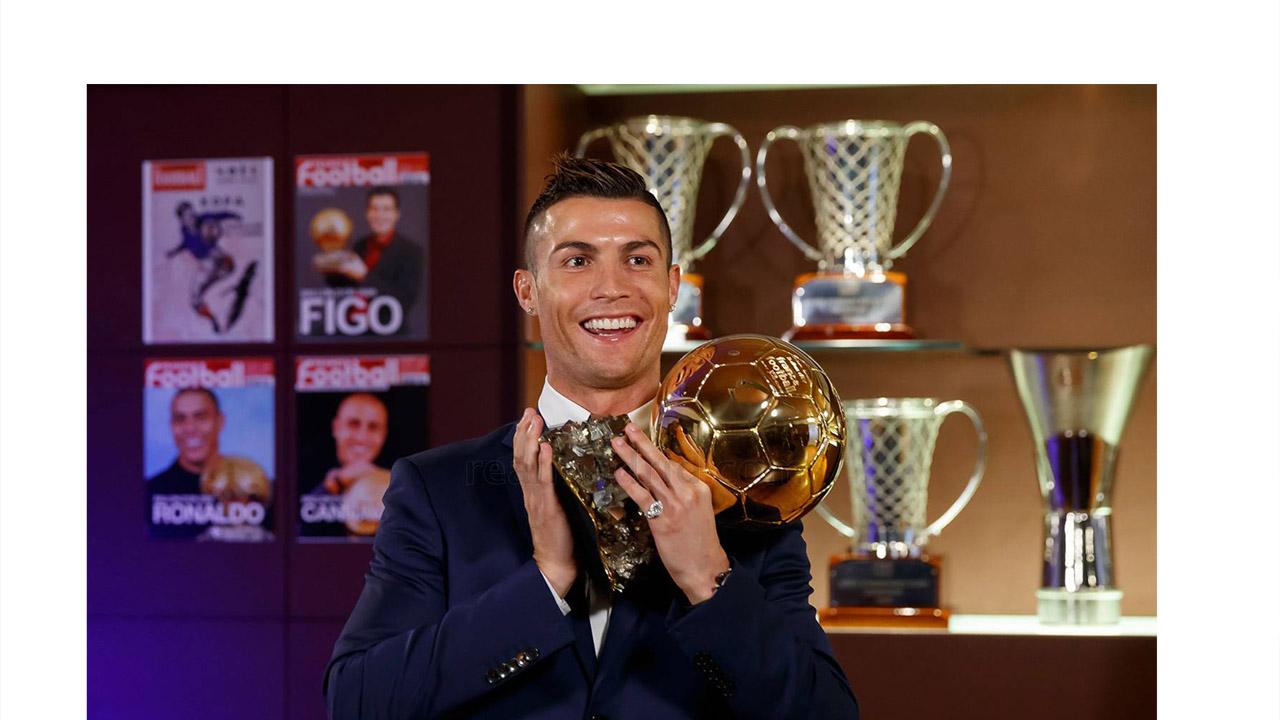 El portugués recibió el galardón en la ciudad de París alzándose por delante de Lionel Messi y Antonie Griezman colocándose a tan solo uno de el argentino del Barcelona