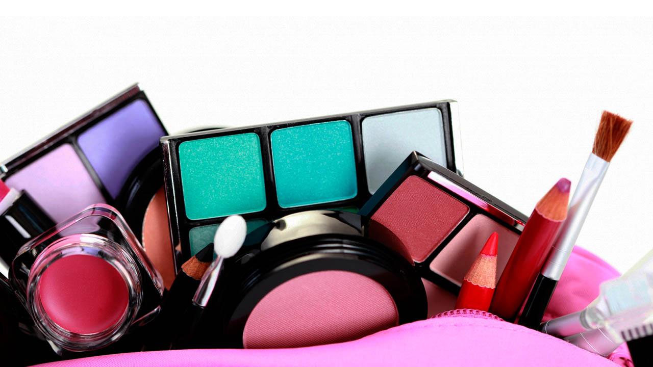 Con un poco de creatividad y una caja de cartón harás el mejor estuche para guardar maquillajes, perfumes, cremas, entre otras cosas