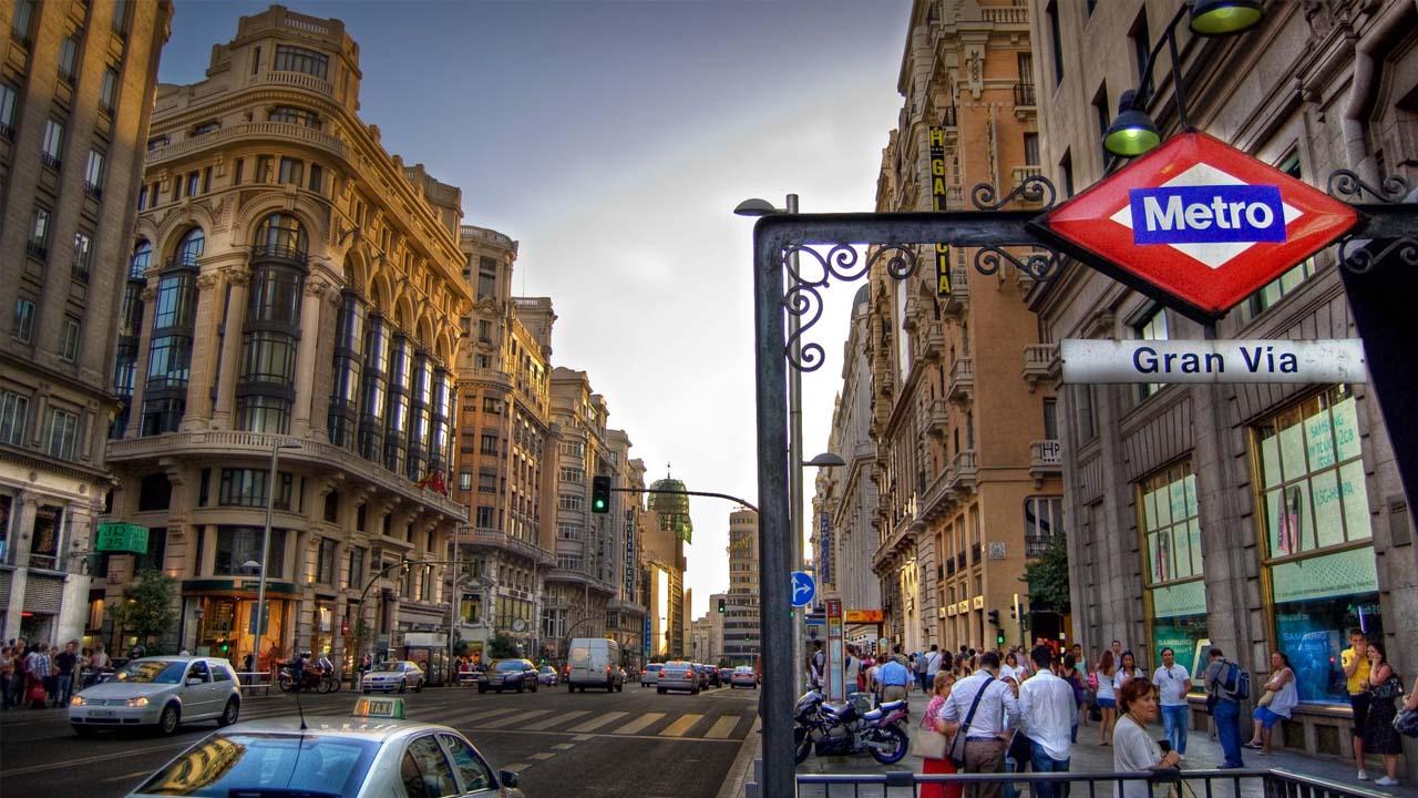 La alcaldesa de la capital española, indicó que hay un proyecto para que el paso de vehículos pase a ser de solo personas