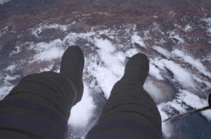 Thomás muestra sus pies encima de la tierra