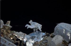El astronauta realiza parte de su labor en el espacio