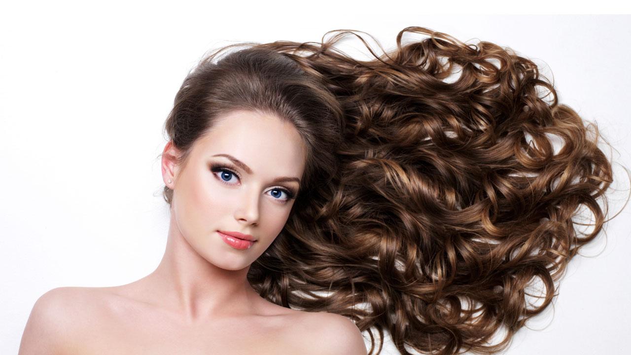 Solamente se necesita de un par de medias viejas para aumentar tu volumen y ondular tu cabello