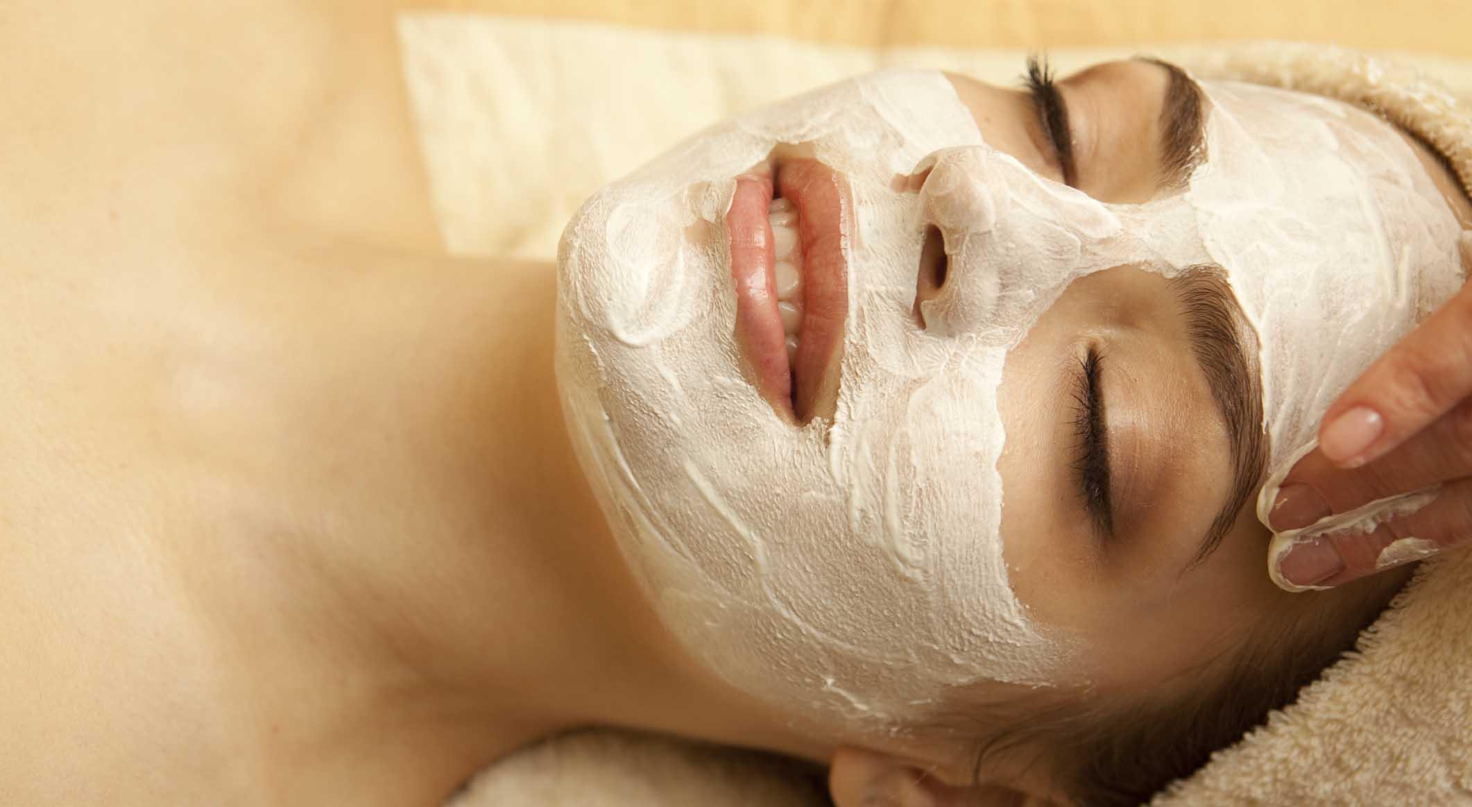 No hay nada mejor para nuestro cutis que las mascarillas caseras ya que estas no sólo limpian nuestra piel. también remueven impurezas