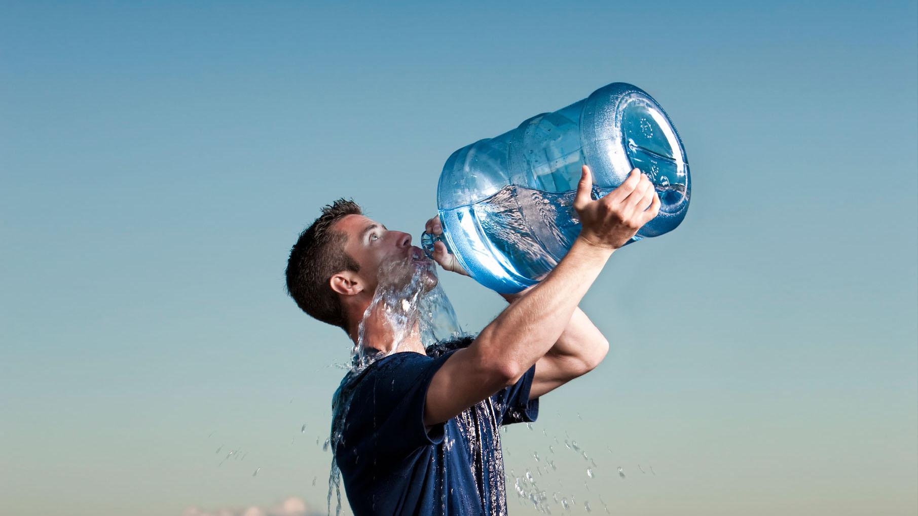 Mucho se ha dicho acerca de que debemos beber dos litros de agua al día, pero no todos los cuerpos son iguales por lo que cada quien tiene necesidades diferentes