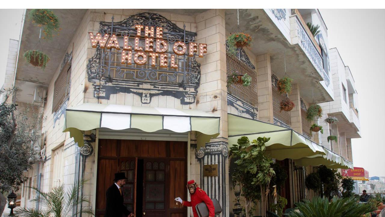 """El """"Walled Of Hotel"""", financiado por Bansky, fue adornado con pinturas alusivas al polémico muro construido alrededor de la ciudad palestina"""