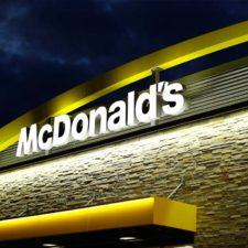 Un ruso metido en una bañera compra un servicio en McDonald's