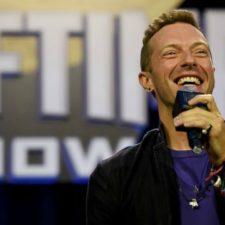 Chris Martin anima a un fanático en Filipinas