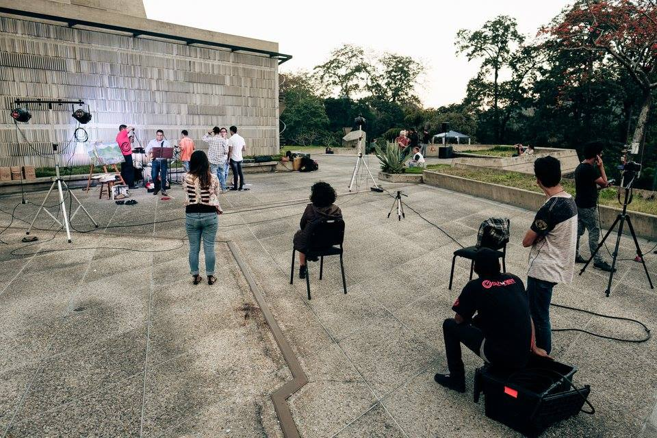 El proyecto consiste en grabar material audiovisual de los músicos, en vivo