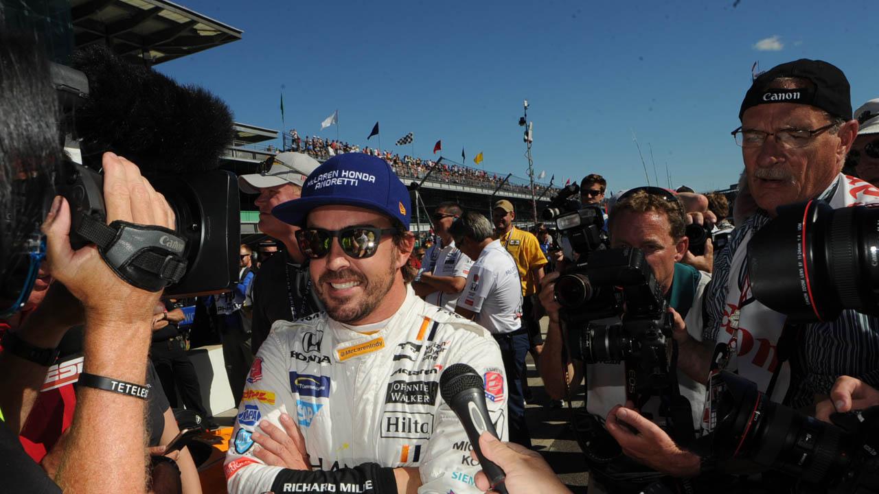 El piloto español y bicampeón de la Fórmula 1 recibió el título pese a no culminar el circuito durante su debut en las 500 Indianápolis