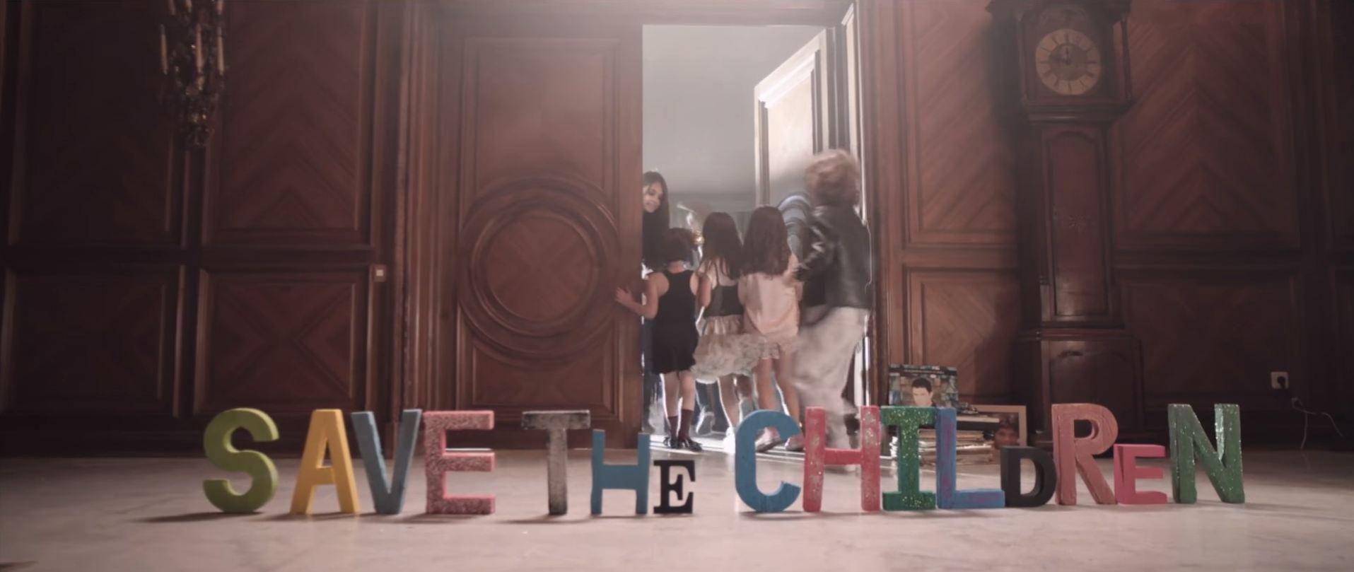 """Con el video de la nueva versión de """"Y si fuera ella"""", el madrileño lucha contra la desnutrición acompañado de 17 grandes artistas que dan voz a un éxito de 20 años"""