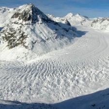 Máquinas de nieve buscan salvar un glaciar