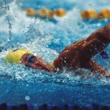 Nadador venezolano impone récord en Barbados