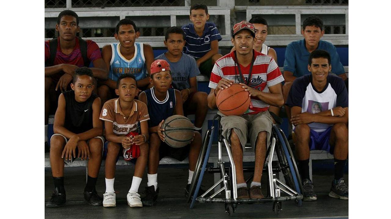 Miguelón y su academia deportiva forman a los muchachos en el baloncesto. El Sumario. Audio entrevista