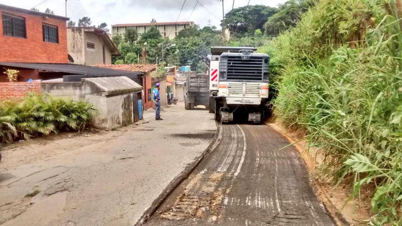 La alcaldía del municipio continúa su plan de asfaltado 2017 en la localidad