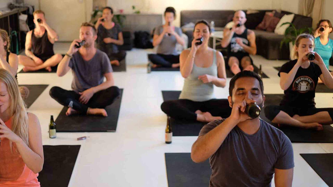 Su objetivo es combinar la filosofía del yoga con el placer que se obtiene de beber cerveza
