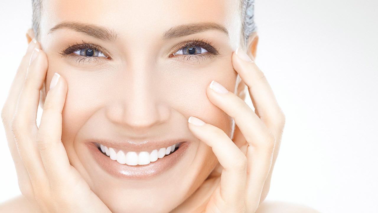 Además de los fármacos y tratamientos químicos desarrollados para contrarrestar los efectos del envejecimiento en la piel, existen tratamientso naturales