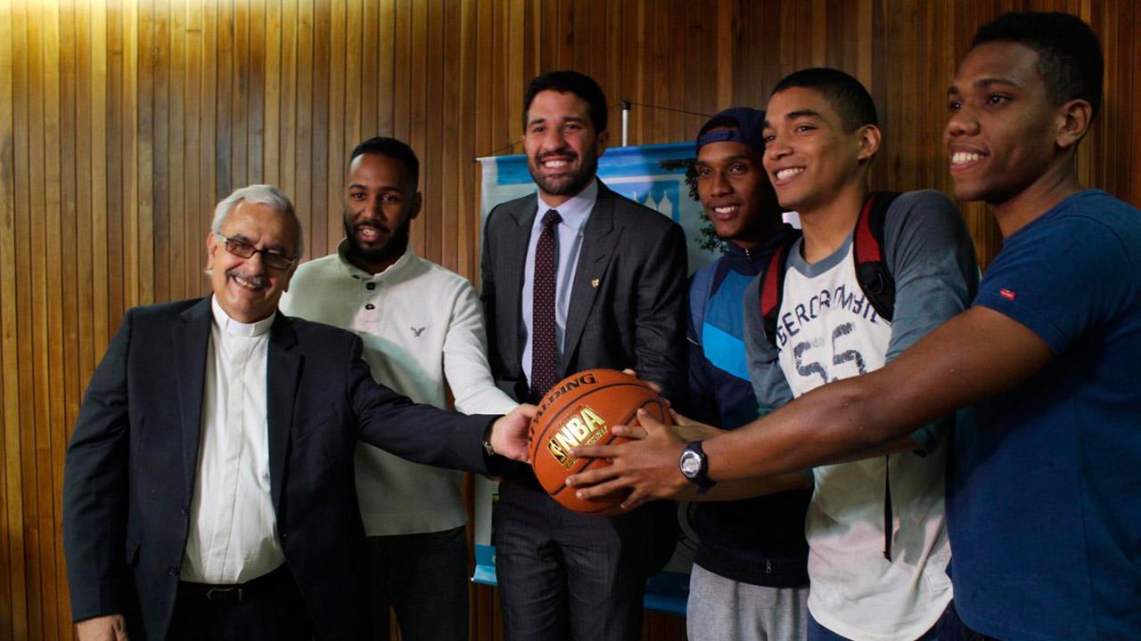 La fundación del basquebolista ex NBA ofrecerá becas para estudiantes de esa casa de estudio