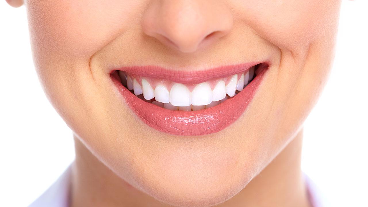 El aceite de coco y la curcuma son efectivas para los dientes