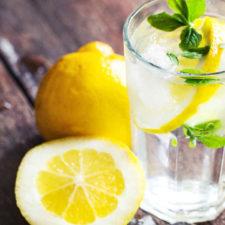 El agua de limón es ideal en la noche