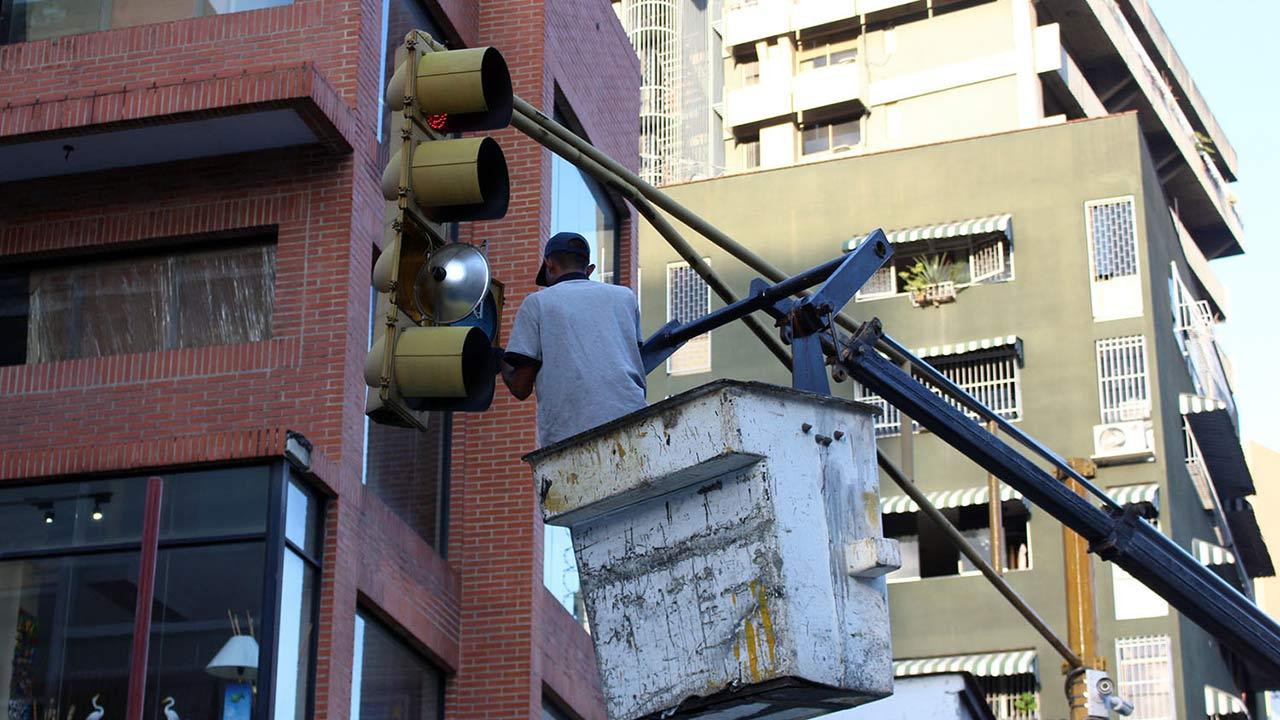 La Alcaldía del municipio rehabilita los semáforos dañados por vandalismo en la principales vías