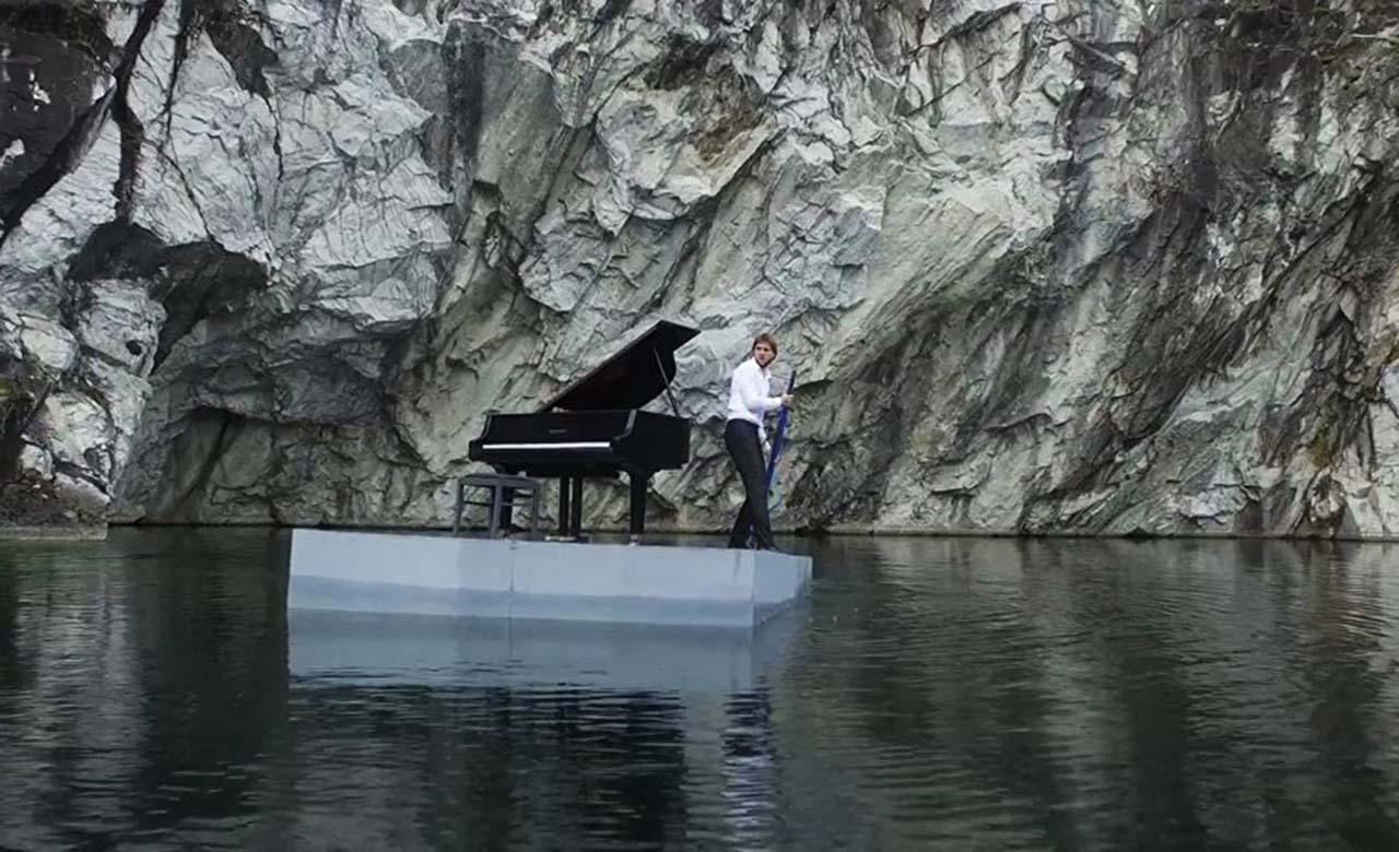 Pavel Andreyev grabó un concierto en un balsa