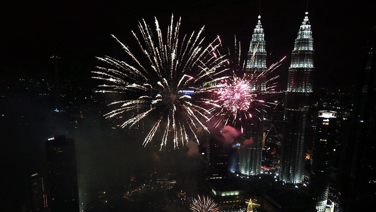 En Malasia, Nueva Zelanda y otros países asiáticos oceánicos los fuegos artificiales deslumbraron