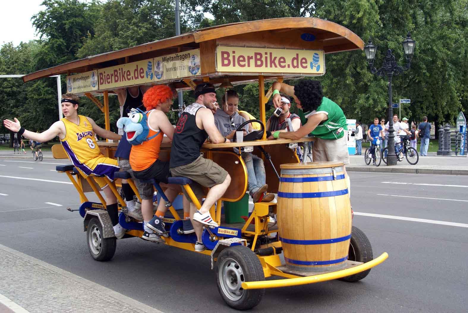 Estos vehículos tan llamativos son los preferidos por los turistas para recorrer alegremente las calles de Berlín