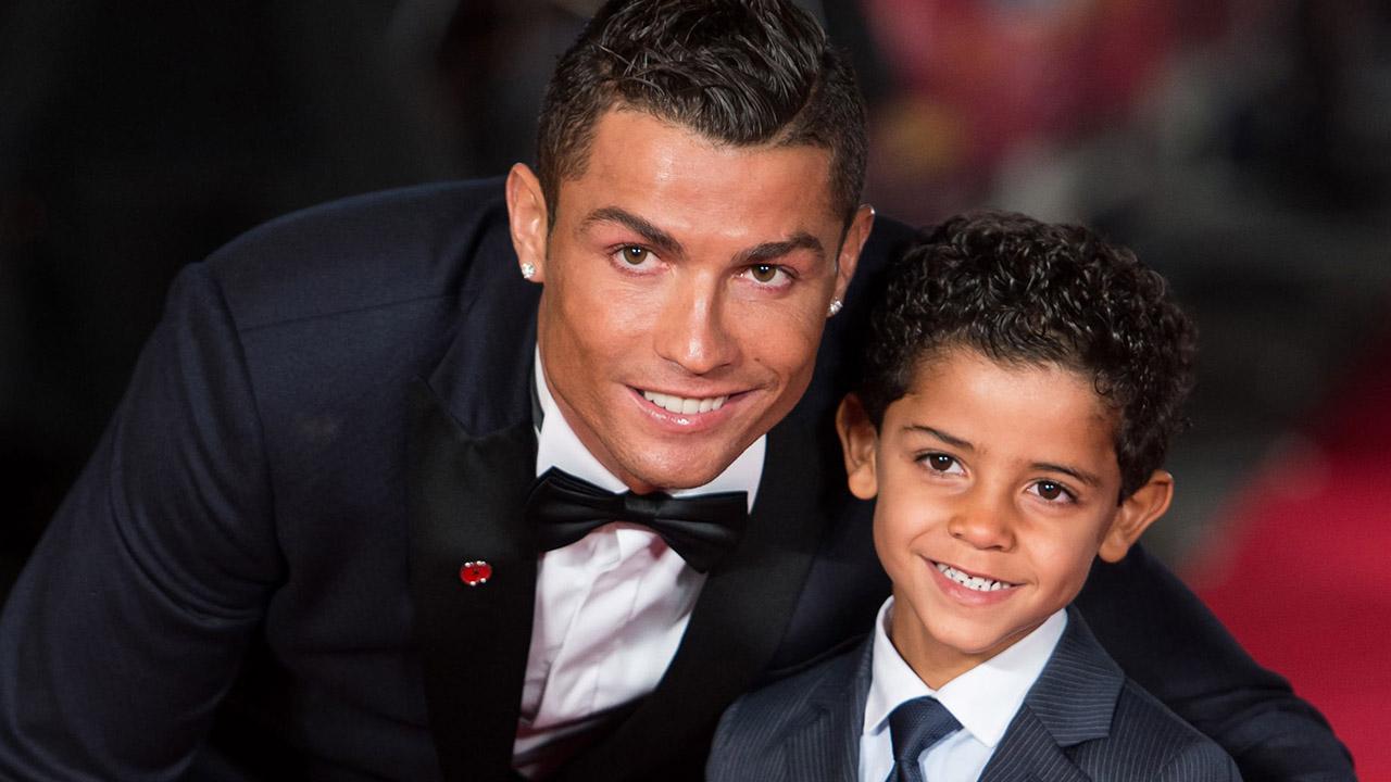 De la mano de su hijo, que también debutó como modelo, el portugués del Real Madrid estrenó en el mercado una nueva colección